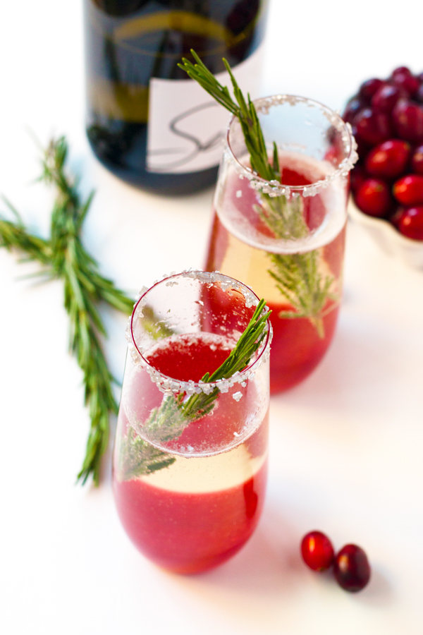 Jolly Holly Cocktail - so cute for a holiday party! | www.grainchanger.com