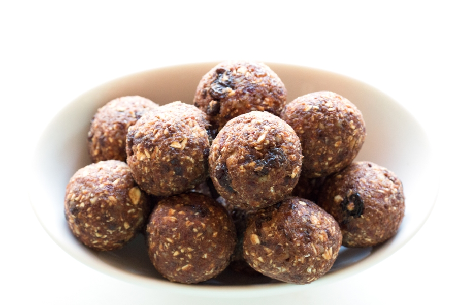 Gluten-free Oatmeal Raisin Cookie Energy Bites - Refined sugar free and packed with healthy fats and protein!  |www.grainchanger.com