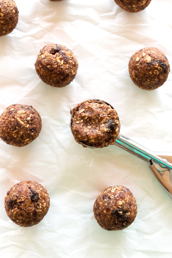 Gluten-free Oatmeal Raisin Cookie Energy Bites - healthy, but they taste like cookie dough! What could be better? |www.grainchanger.com