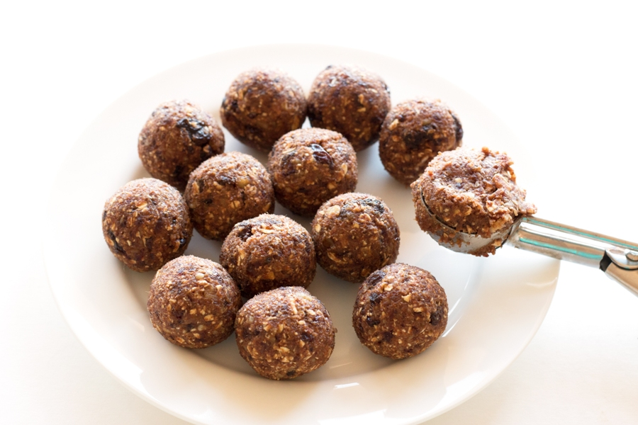 Gluten-Free Oatmeal Energy Bites - these littel guys pack some serious energy and staying power, and they're super healthy! |www.grainchanger.com